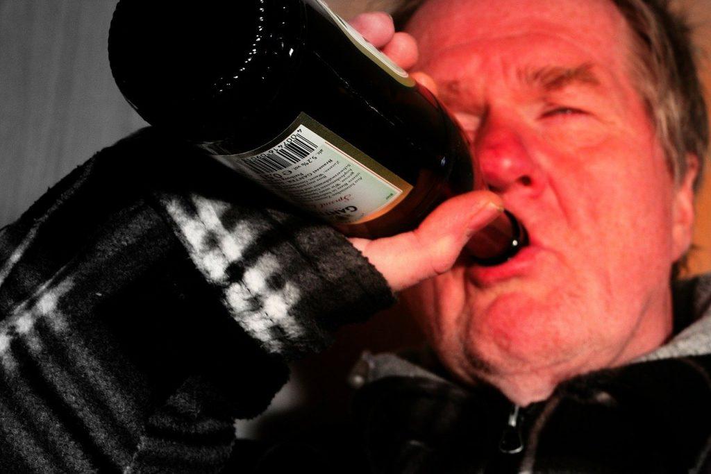 Un travailleur ivre continuant de boire sur le lieu de travail