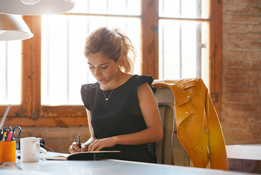 Une professionnelle rédigeant une fiche de poste efficace